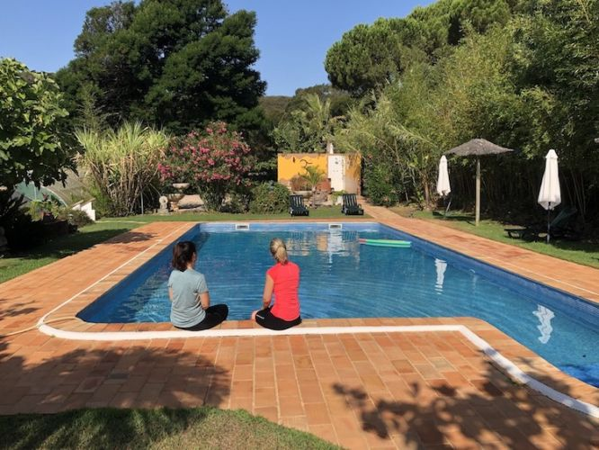 Juice fasting participants by pool